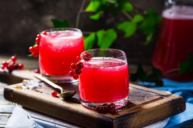 Thé kombucha cru fermenté fait maison avec différents arômes. boisson saine à saveur probiotique naturelle. boisson russe kvas. boisson de fermentation. boisson biologique. sider. groseille