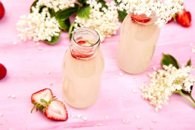 Thé kombucha à la fleur de sureau et à la fraise