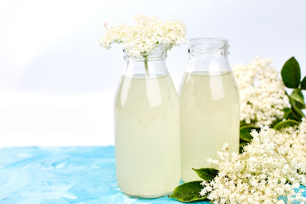 Thé kombucha à la fleur de sureau