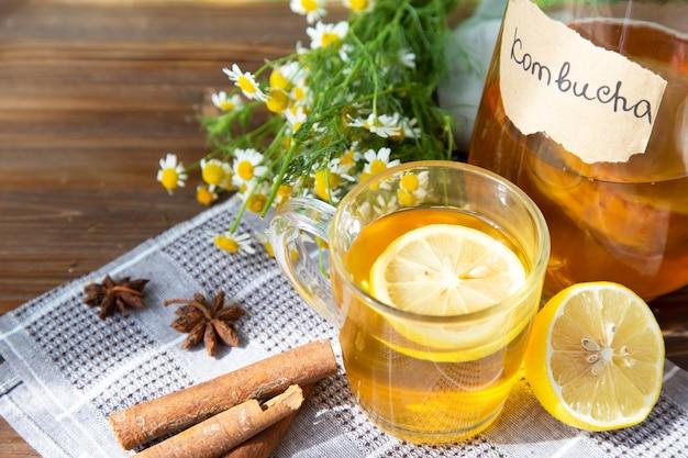Thé kombucha sain au citron et à la cannelle. recette pour kombucha fait maison