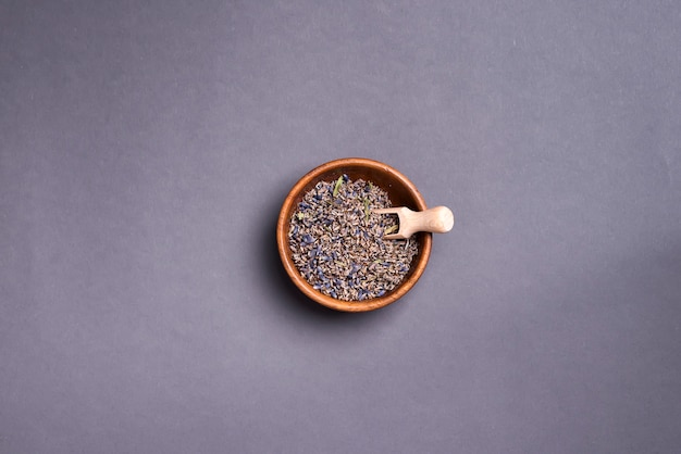 Thé de lavande sec sur plaque,