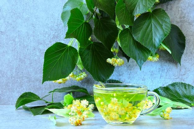 Thé à la lime chaud utile. thé de fitness au tilleul.