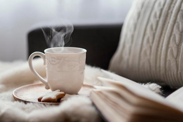 Thé et livre pour se détendre