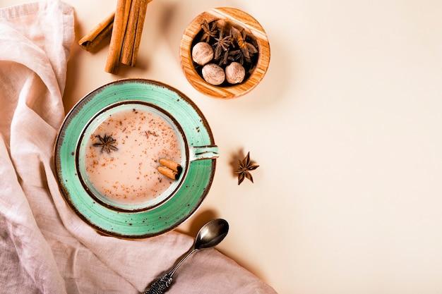 Thé masala thé traditionnel indien avec du lait et des épices dans une tasse vue de dessus copie espace pour le texte