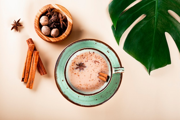 Thé masala thé traditionnel indien avec du lait et des épices dans une vue de dessus de tasse
