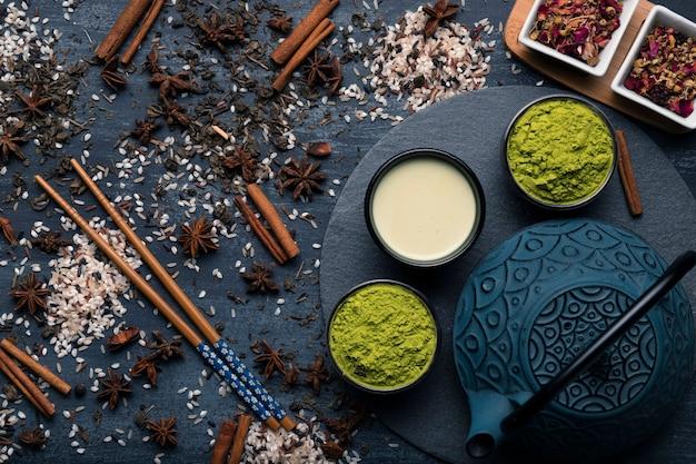 Thé matcha traditionnel asiatique vue de dessus