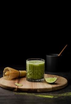 Thé matcha en verre avec citron vert et espace de copie