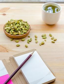 Thé matcha vert bio et collation de graines de jacinthe aux haricots