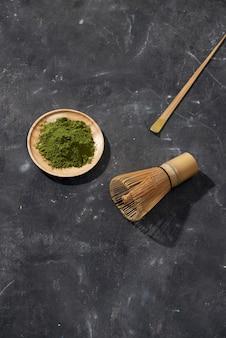 Thé matcha vert bio sur table en bois, copyspace