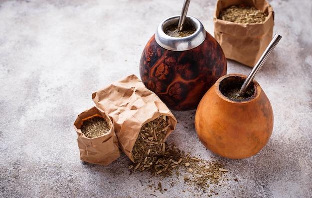 Thé maté yerba avec calebasse et bombilla
