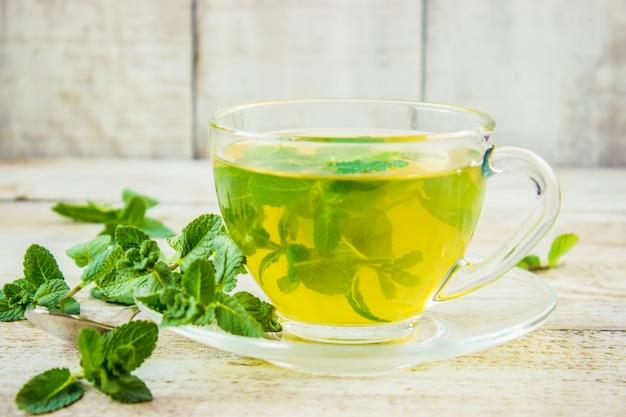 Thé à la menthe et au citron. mise au point sélective.