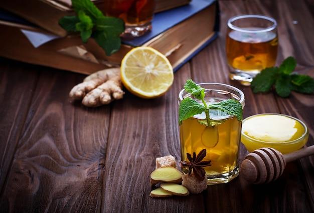 Thé à la menthe, citron et gingembre