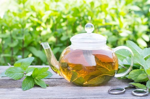 Thé à la menthe dans une théière à l'extérieur