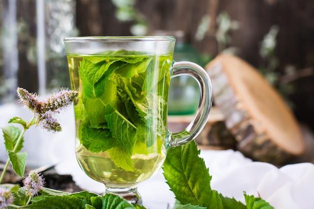 Thé à la menthe dans un verre