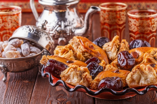 Thé à la menthe marocain dans les verres traditionnels avec des bonbons