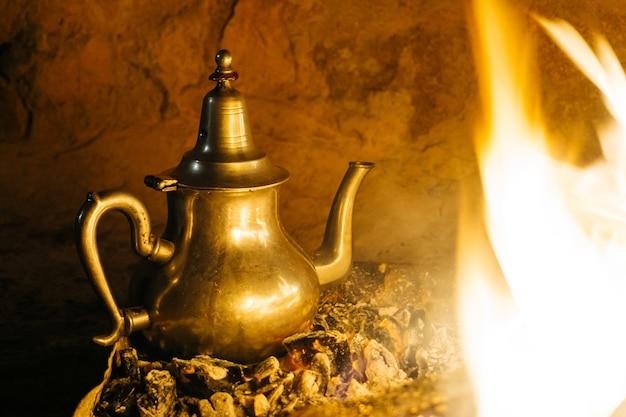 Thé à la menthe marocain servi dans une théière spéciale en fer argenté
