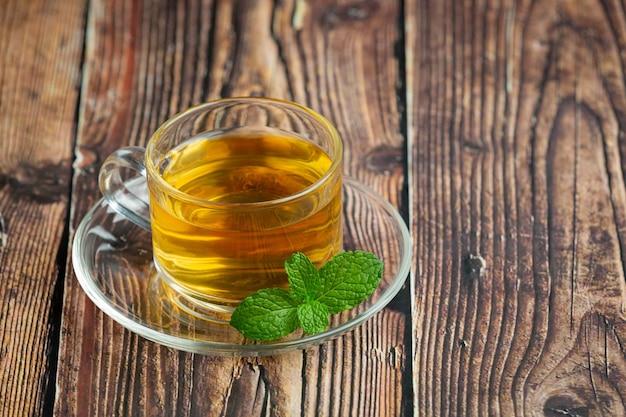 Thé à la menthe poivrée en verre prêt à boire