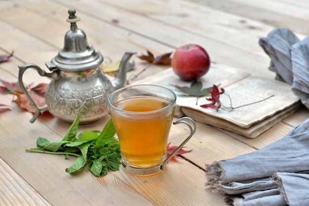 Thé à la menthe sur une tasse dans le jardin