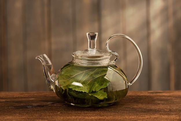 Thé de mûrier isolé sur blanc.