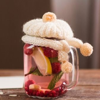 Thé naturel avec couverture tricotée gros plan.