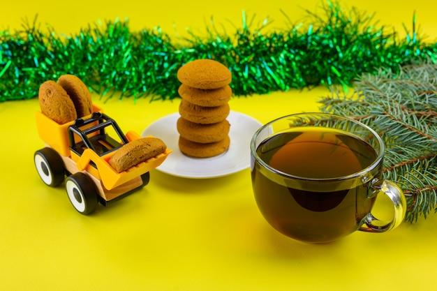 Thé de noël avec des biscuits.