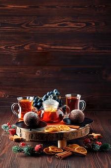 Thé de noël raisin et thé au citron avec un gâteau au chocolat