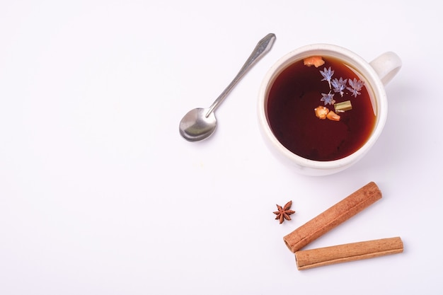 Thé noir aromatique chaud, ambiance de petit-déjeuner d'hiver avec anis et cannelle