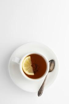 Thé noir au citron et au miel sur fond blanc. tasse de thé chaud isolé, vue de dessus plat poser. lay plat. boisson d'automne, d'automne ou d'hiver. fond