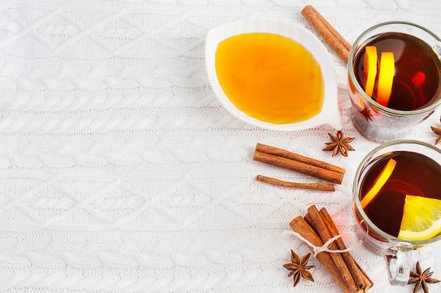 Thé noir au citron, cannelle et miel. fond d'hiver confortable