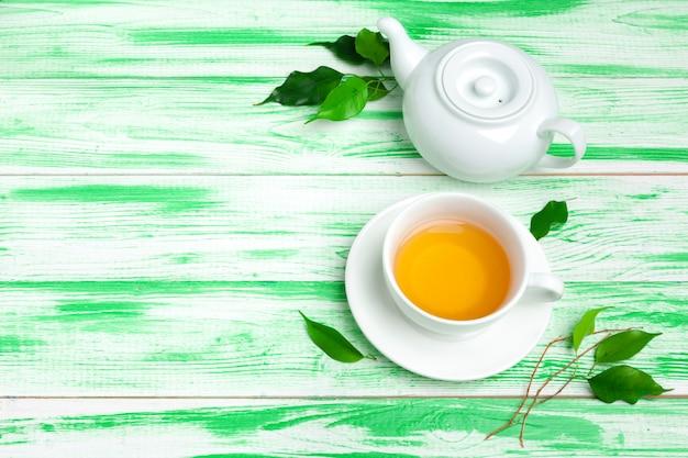 Thé noir sur fond de bois vert