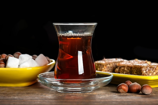 Thé noir parfumé dans un verre et avec shaki halva