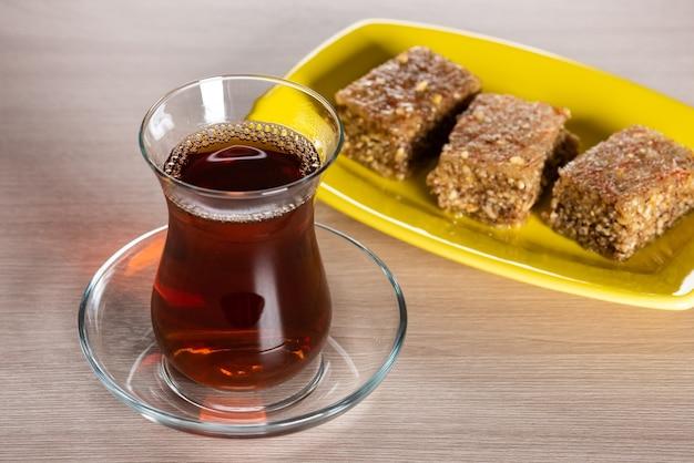 Thé noir parfumé dans un verre