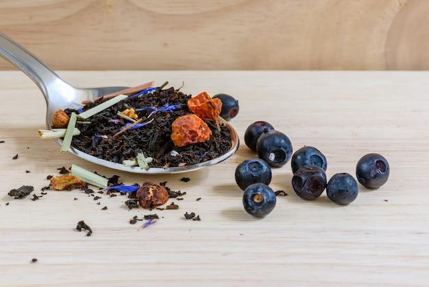 Thé noir sec sur cuillère aux bleuets