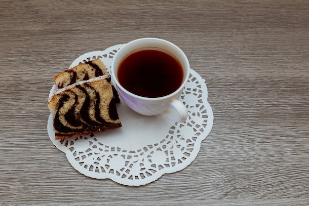Thé noir traditionnel de couleur française avec gâteau