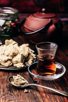 Thé noir en verre armudu et cuillerée de halva de tournesol