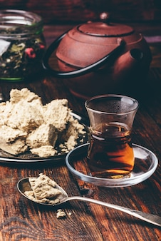 Thé noir en verre armudu et cuillerée de halva