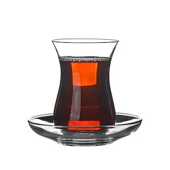 Thé noir en verre isolé sur blanc