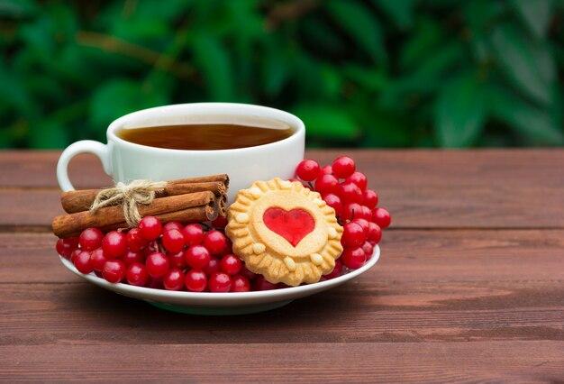 Thé parfumé à la cannelle, aux canneberges et aux biscuits