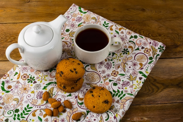 Thé de petit déjeuner, théière et biscuits