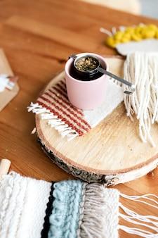 Thé sur une plaque de bois ronde