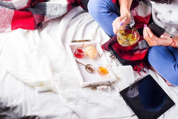 Thé en plateau avec femme