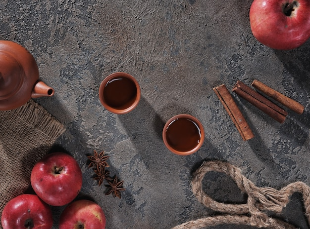 Thé, pommes et cannelle sur la vue de dessus de table