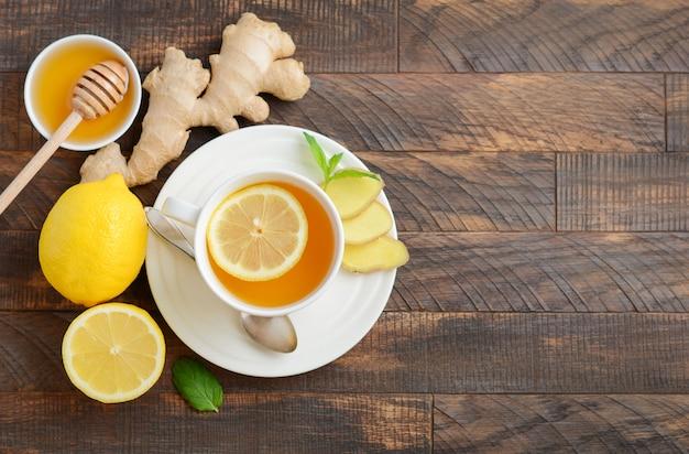 Thé de racine de gingembre au citron et au miel sur une table en bois. vue de dessus, pose à plat, espace de copie.