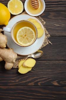 Thé de racine de gingembre au citron et miel sur bois