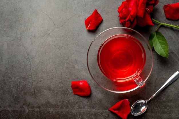 Thé rose chaud sur table