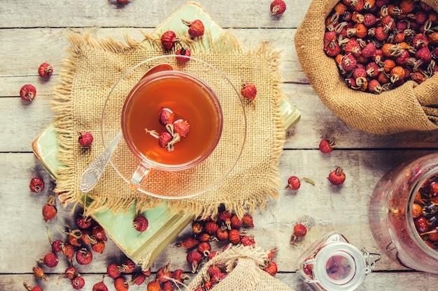 Thé avec une rose de chien. mise au point sélective.