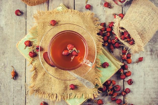 Thé avec une rose de chien