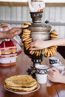 Thé russe traditionnel avec un samovar et des bonbons