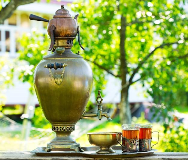Thé russe traditionnel avec samovar dans le jardin