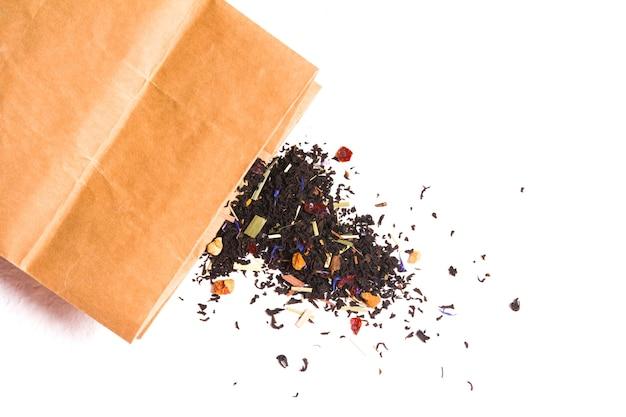 Thé et sac de papier sur l'espace de copie de fond blanc